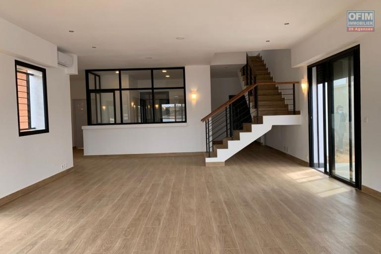 A vendre villa  F4 moderne et neuve  dans un lotissement au bord du lac Andranotapahana - spacieux living lunineux
