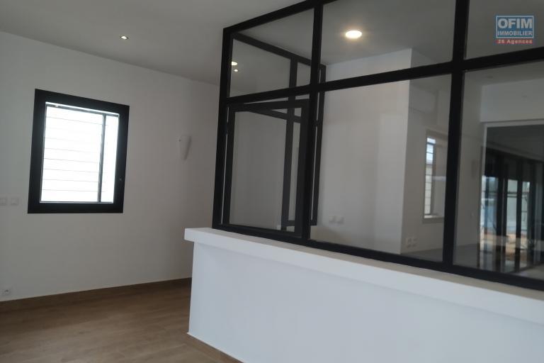 A vendre villa  F4 moderne et neuve  dans un lotissement au bord du lac Andranotapahana - verrière de la cuisine