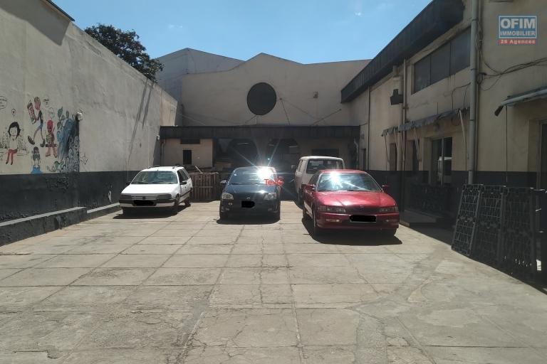 Local en plein centre ville et en bord de route principale avec parking à Behoririka - Antananarivo
