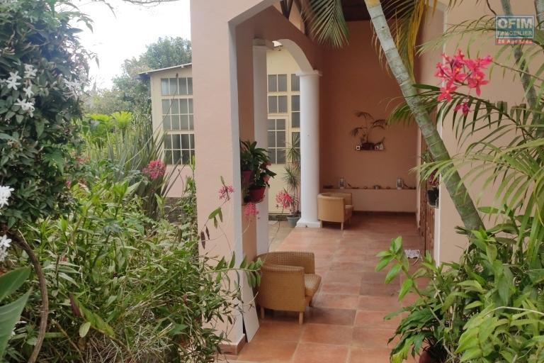 OFIM immobilier offre en location une charmante villa F6 semi meublée dans une résidence sécurisée 24/24 à Ivato