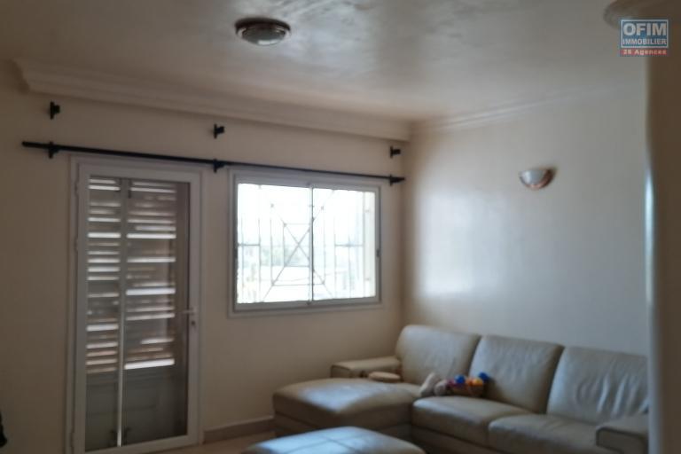 À louer un appartement non meublé de type T4 au 1er étage d'un bâtiment de R+2 dans une résidence avec accès facile et à 5 minutes de l'aéroport sis à Mandrosoa Ivato