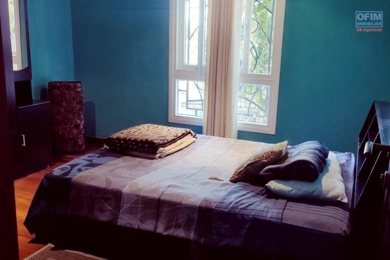 OFIM immobilier offre en location une Villa F6 à étage meublée localisée à Ivandry bâtie sur un terrain de 1000m2 à peu près et 200m2 de surface habitable