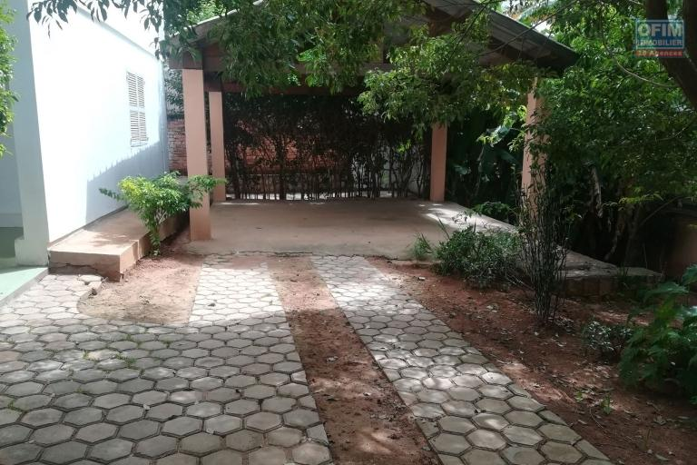 OFIM offre en location une villa F5 avec jardin et parking à Ambodivoanjo Ivandry tout près de 'école