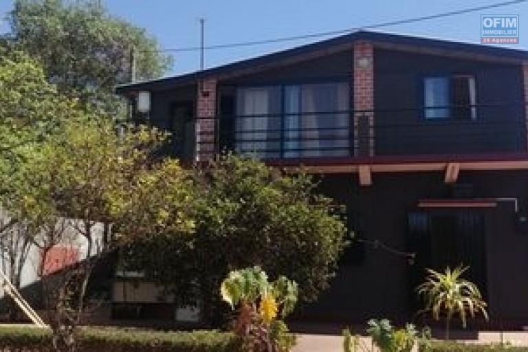 Une petite belle villa F2 à étage, semi meublé, dans une résidence sécurisée à Ivato, idéale pour un couple ou etudiant.