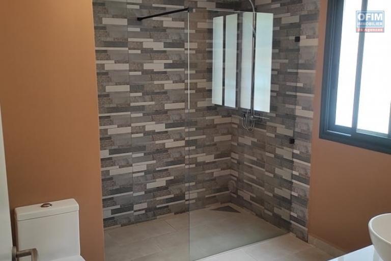 OFIM offre en location une villa F5 à étage meublée et équipée avec piscine et parking sis à Mahatony Ivandry