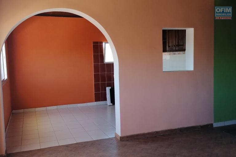 À louer un appartement de type T3 au 2ème étage d'un immeuble de R +2 à 5mn de l'aéroport sis à Ilaivola Ivato