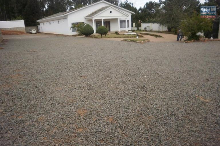 vente d'un grand terrain avec un open space de 1000 m2  ambatobe