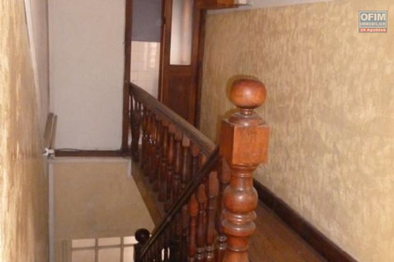 A vendre affaire exceptionnelle : Maison traditionnelle à étage en bord de route à Mahamasina
