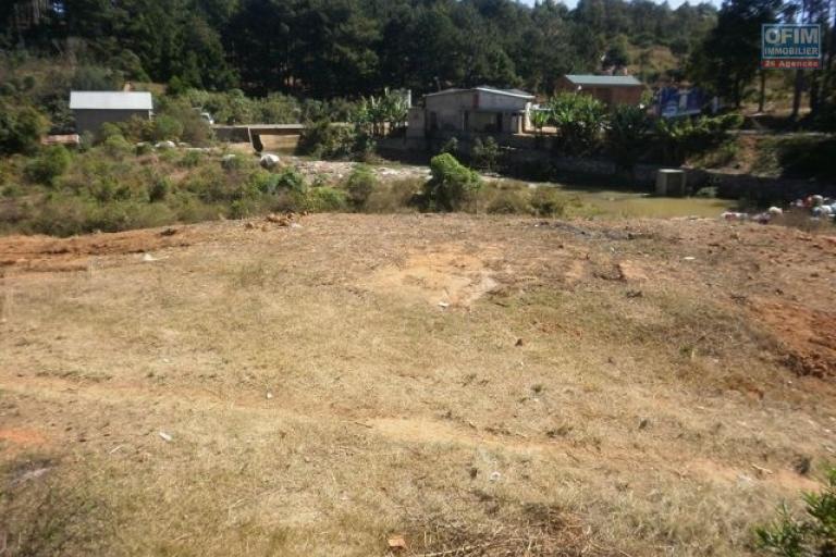 A vendre terrain bien placé en bordure de la route nationale (Rn2 )vers Tamatave Pk 8 près jovenna