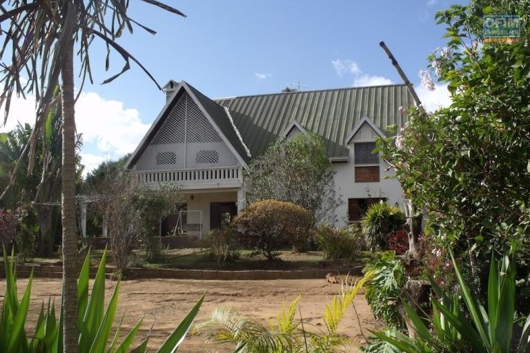 Location maison villa antananarivo tananarive a louer une grande villa f8 avec un - Location maison avec jardin ...