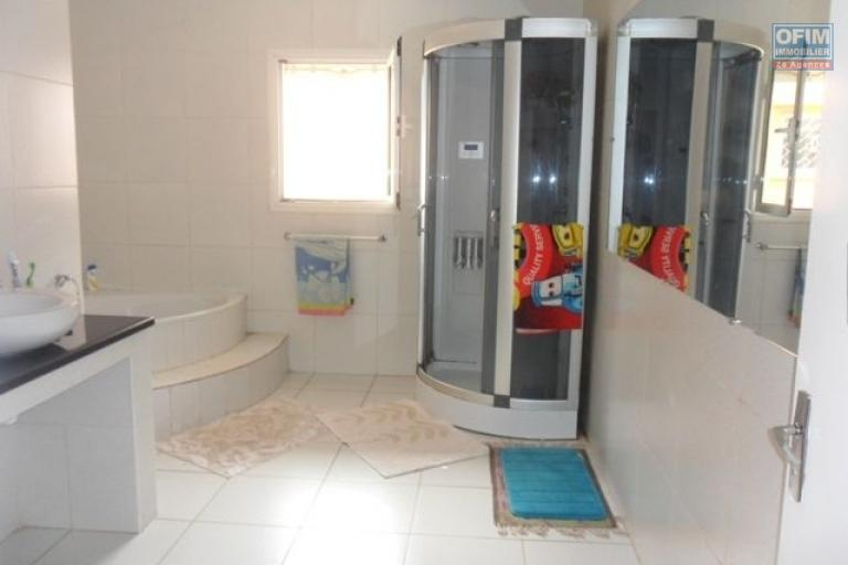 A louer jolie villa F8 entièrement meublée et équipée à Andoharanofotsy dans une résidence