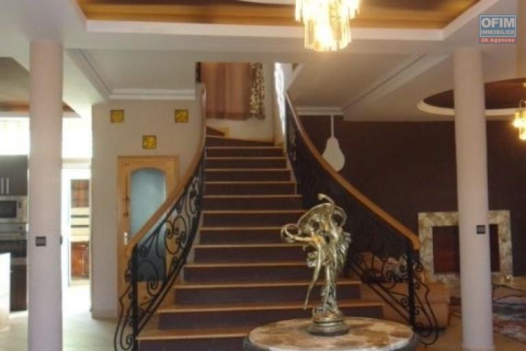 A louer très belle villa neuve F5 meublée et entièrement équipée sur le By Pass Ambohimangakely