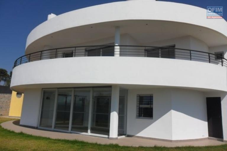 A louer villa F4 neuve, à Ambatobe avec une superbe vue sur la montagne