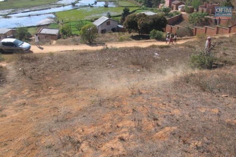 Vente terrain de 2468 m2 en pente avec vue incroyable à Ambatomaro