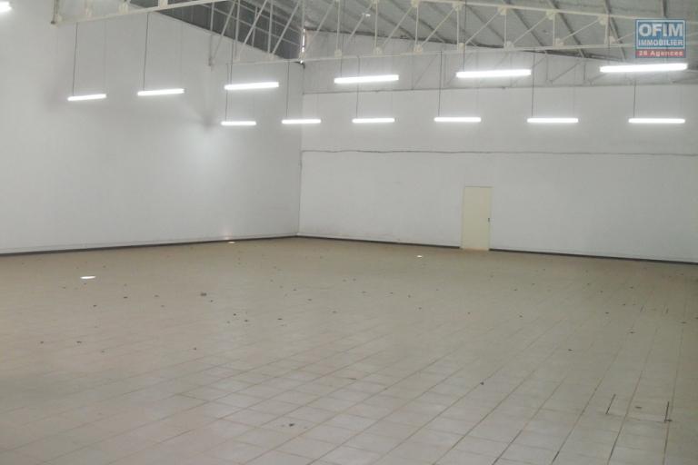 A louer entrepôt de 330m2 situé dans une zone commerciale