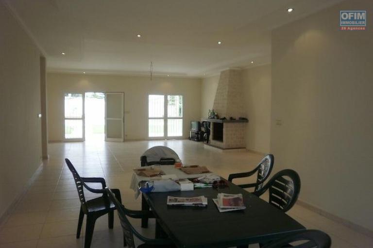 vente maison villa antananarivo tananarive vente villa avec piscine f5 pr s golf club. Black Bedroom Furniture Sets. Home Design Ideas