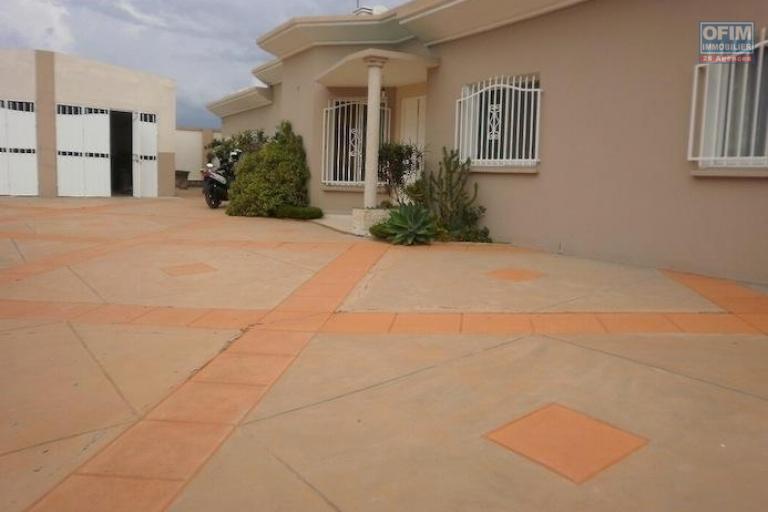 A vendre  belle villa de charme  avec piscine F5 sur un tres grand terrain  près golf club malaza Tananarive
