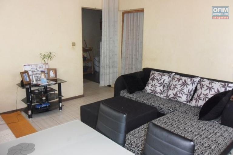 A vendre immeuble contenant appartements et locaux commerciaux à Ambohibao - salon