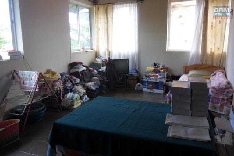 A vendre immeuble contenant appartements et locaux commerciaux à Ambohibao - chambre