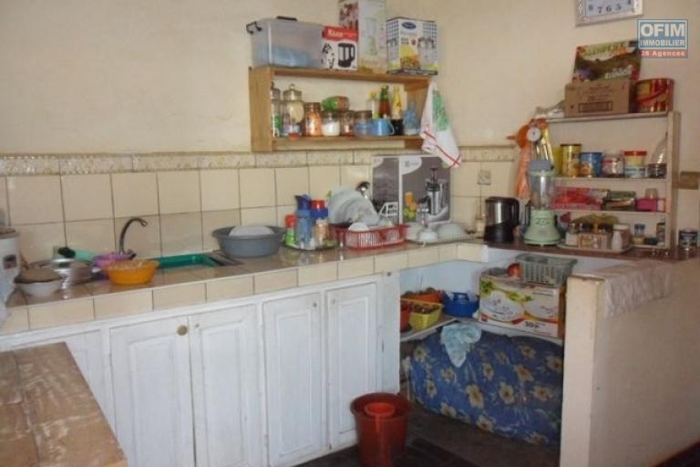 A vendre immeuble contenant appartements et locaux commerciaux à Ambohibao - cuisisne