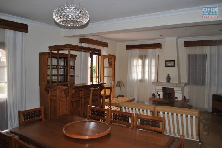 A louer villa F5 avec des meubles modernes située dans un quartier sécurisé et accessible à Andoharanofotsy