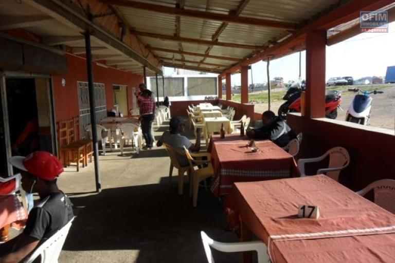 A vendre Hotel / Restaurant  / bar / Karaoké /épicerie avec le mur  sis au by pass - terrasse