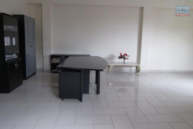 A louer, local 320 m2 à usage professionnel, bord de route principale, quartier des affaires Andraharo Antananarivo