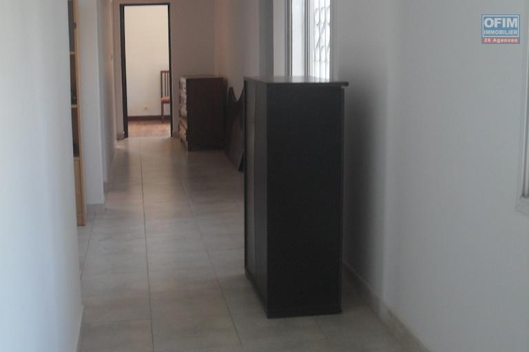 A louer une villa F7 idéale pour bureau ou habitation située à Ampasanimalo Tsiadana