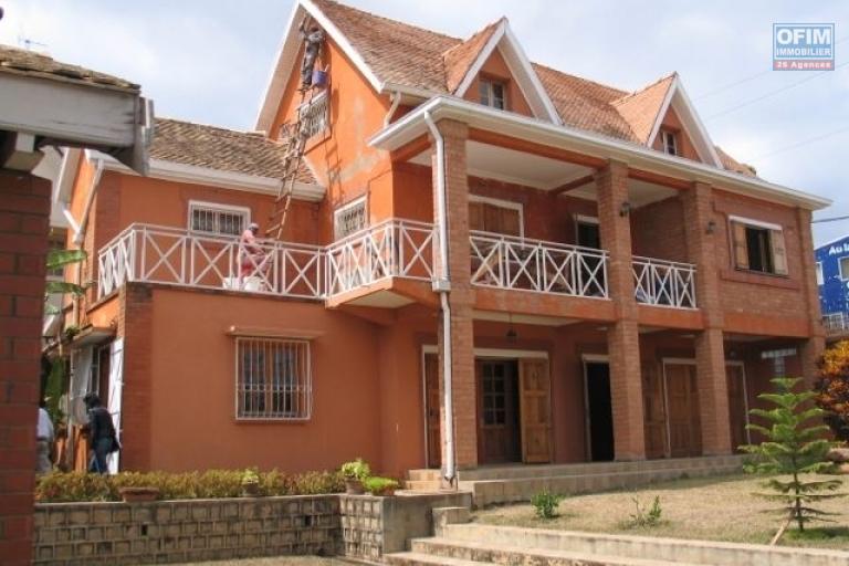 A louer une villa F4 équipée des grandes chambres, accès facile, située à Ambohijanahary.