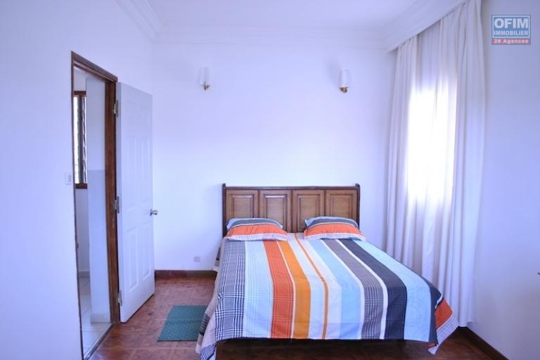 A louer une villa F3 à étage, semi-meublée, belle vue sur le lac, quartier bien sécurisé, située à Fitroafana Ivato