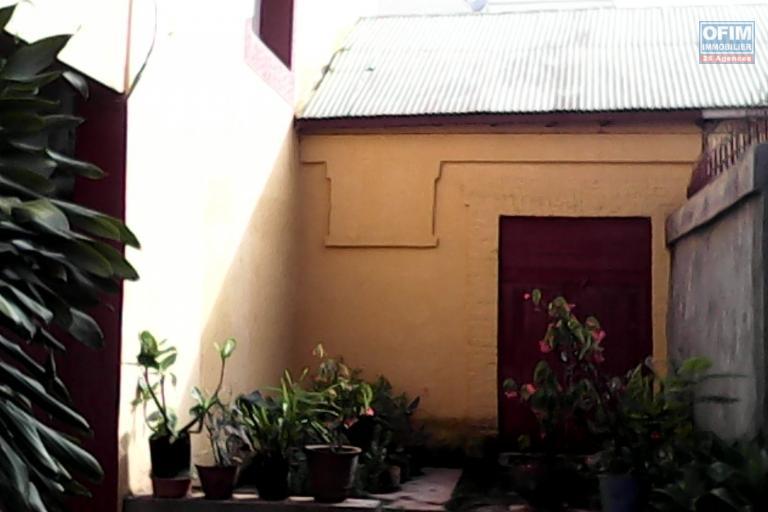 A vendre une maison à 2 étages bien clôturée en centre ville à Mahitsy RN4