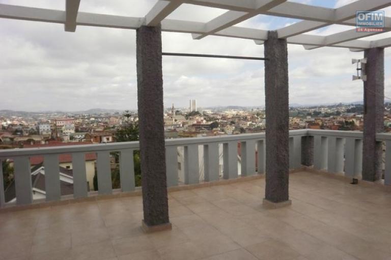 A vendre immeuble de 5 étages contenant plusieurs appartements à soavimbahoaka  , Ambatomainty .