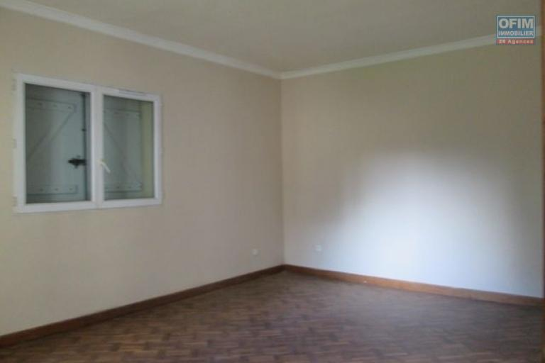 A louer un appartement T5 avec jardin et garage à Ambohitrarahaba- Antananarivo