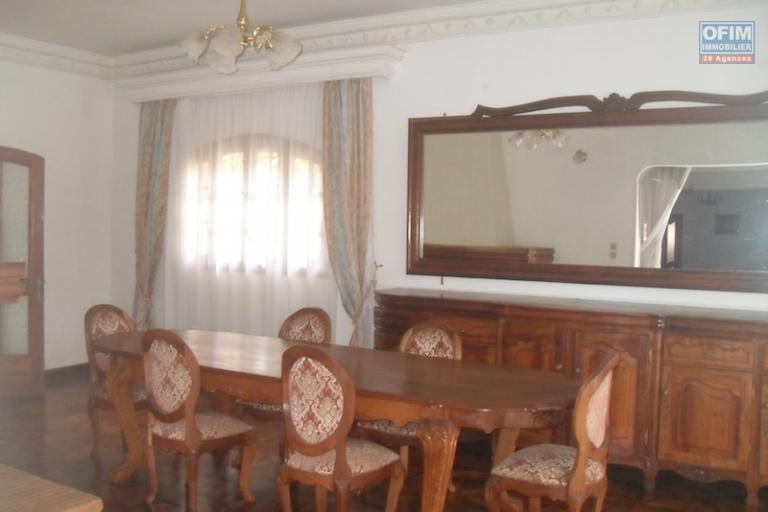 A louer une grande villa F7 semi-meublée située dans un quartier résidentiel à Ambohitrarahaba