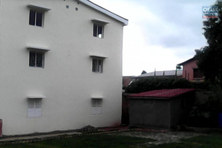 A vendre une grande villa à 2 étages sise à Ambohibao andranoro dans un quartier sécurisé avec grand parking.