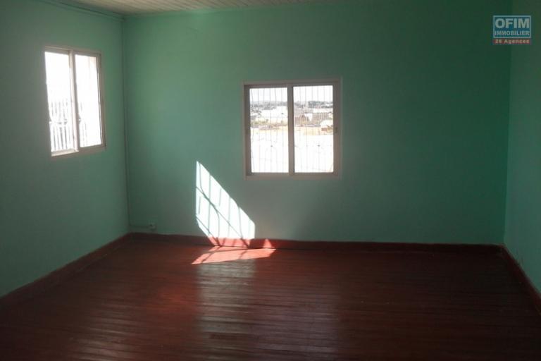 A louer pour usage bureau une villa F9 située à Andranoro Ambohibao