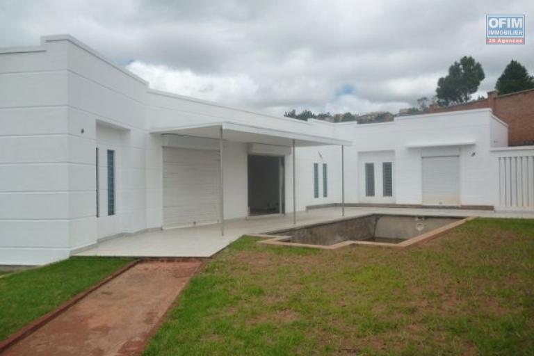 A vendre belle villa avec piscine à Ambatobe Ambohimailala