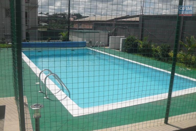 A louer un appartement meublé de type  T3 avec piscine situé à Ambohibao Morondava  dans un immeuble bien sécurisé