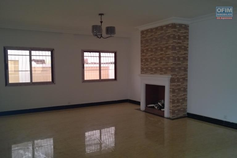 A vendre une grande villa avec piscine sur 1 553 m2 de terrain à Amborompotsy Talatamaty