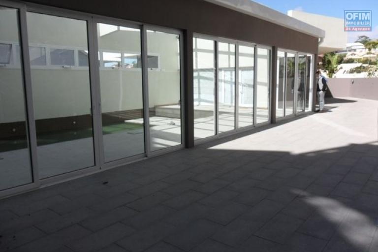A vendre appartement neuf ultra comptemporain avec un spa , salle de sport / fitness ,  piscine chauffée et couverte ... - piscine