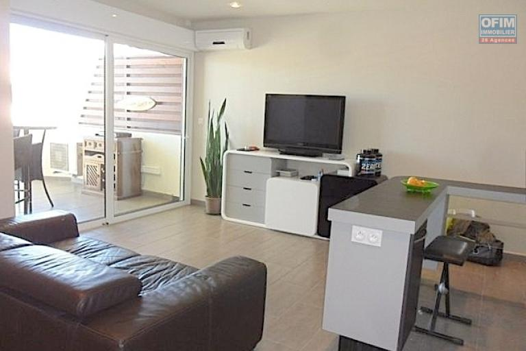 A vendre appartement neuf ultra comptemporain avec un spa , salle de sport / fitness ,  piscine chauffée et couverte ... - salon