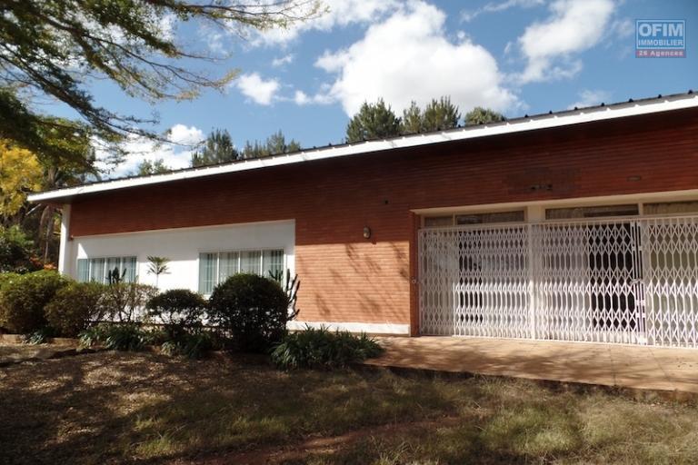 A louer une villa basse F4, bien propre, située dans un quartier résidentiel à Andohan'ny mandroseza