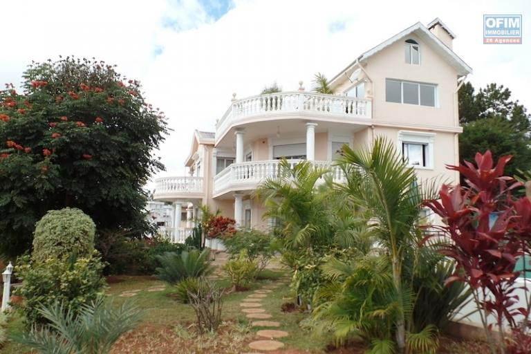 A louer une grande et belle villa F7 avec piscine à débordement située à Ambohitrarahaba