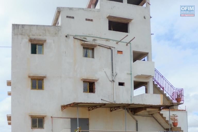 A vendre propriété comprenant un dépôt avec bureaux et appartements à Alakamisy Ambohimiarina