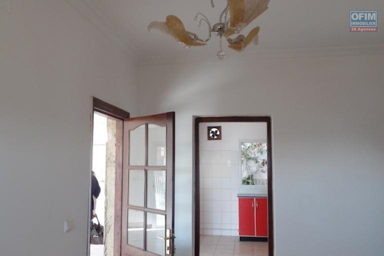 A louer une villa rénovée F6 possédant une belle vue sur la ville d'Antananarivo, située à Antanimenakely Ampitatafika