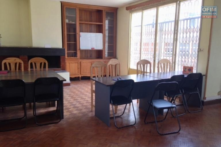 A vendre  grande villa contenant 2 appartements indépendant plein centre et bien placé dans lequartier d'Ambanidia