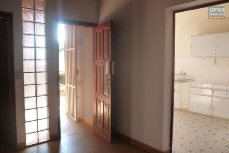 A vendre grande villa de type F4 en bord de route principale à Ambohitsoa Mahazoarivo