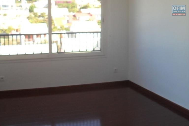A louer un appartement T3 situé au 3ème étage d'un immeuble près du lycée français d'Ambatobe