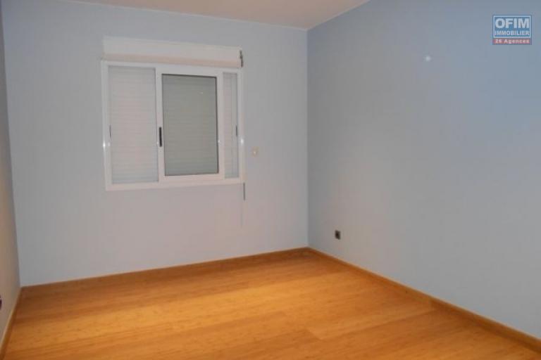 A louer un appartement T4 au 4ème étage de l'immeuble à Ankadimbahoaka