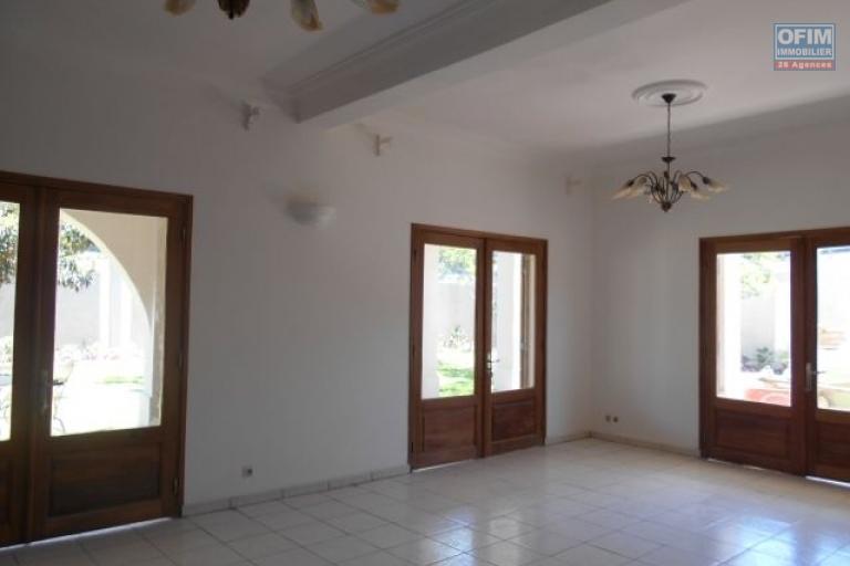 A louer une grande villa F5 de 3150m2 à 2mn du Lycée français Ambatobe